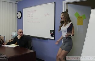 Una diva videos xxx amateur latino caminando con pantalones de cuero