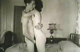 Dos adolescentes se videosamateurlatinos desnudan en un baño público