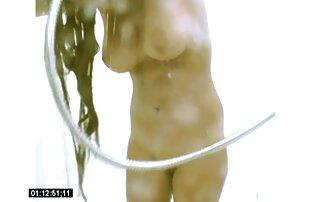 Sexy jovencita lame un eje duro mientras está de pie en una amayeurlatino bañera de hidromasaje