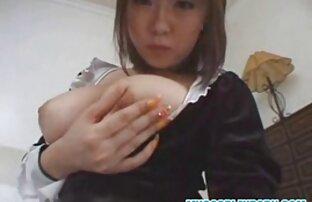 Adolescente linda amteurlatino y joven divirtiéndose en la cámara y tragando semen